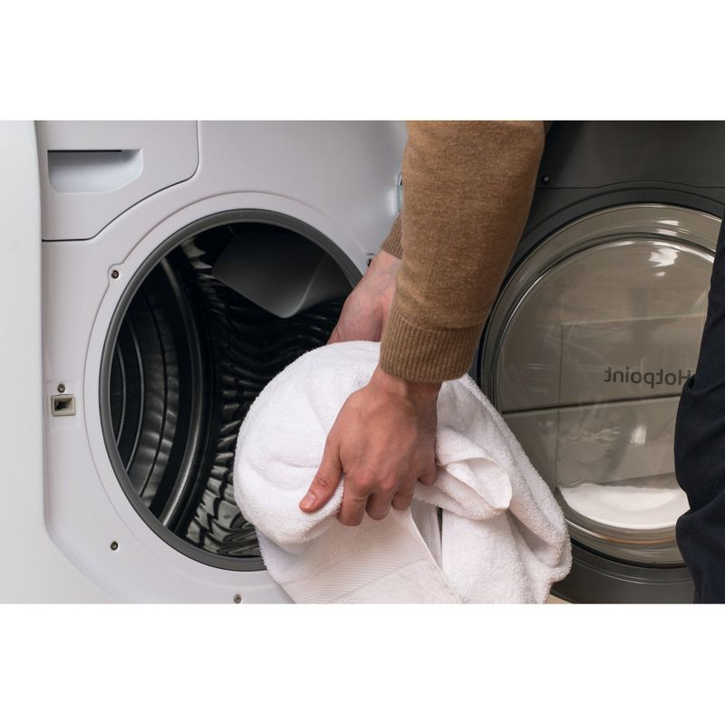 Hotpoint-Dryer-AQC9-BF7-E1--UK--White-Lifestyle-people