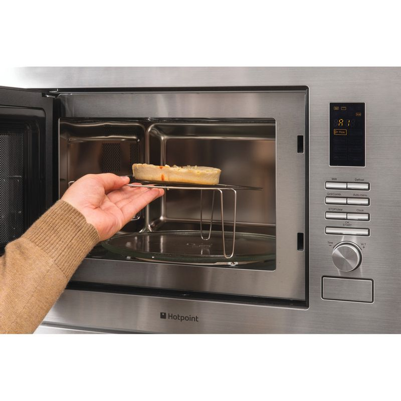 Hotpoint-Microwave-Built-in-MWH-222.1-X-Stainless-steel-Electronic-25-MW-Grill-function-900-Lifestyle_People