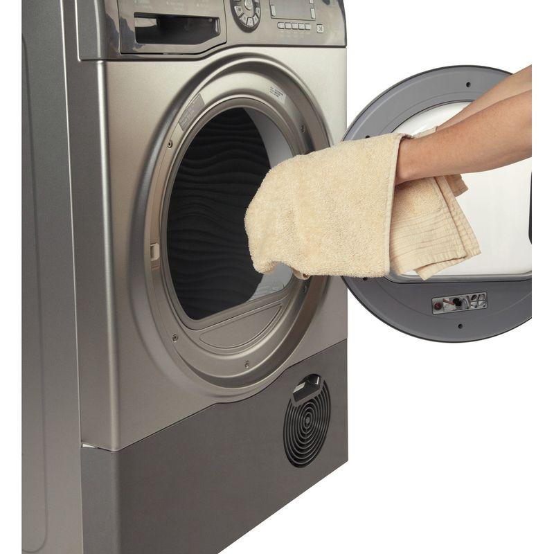 Hotpoint-Dryer-SUTCD-97B-6GM--UK--Graphite-Lifestyle-people