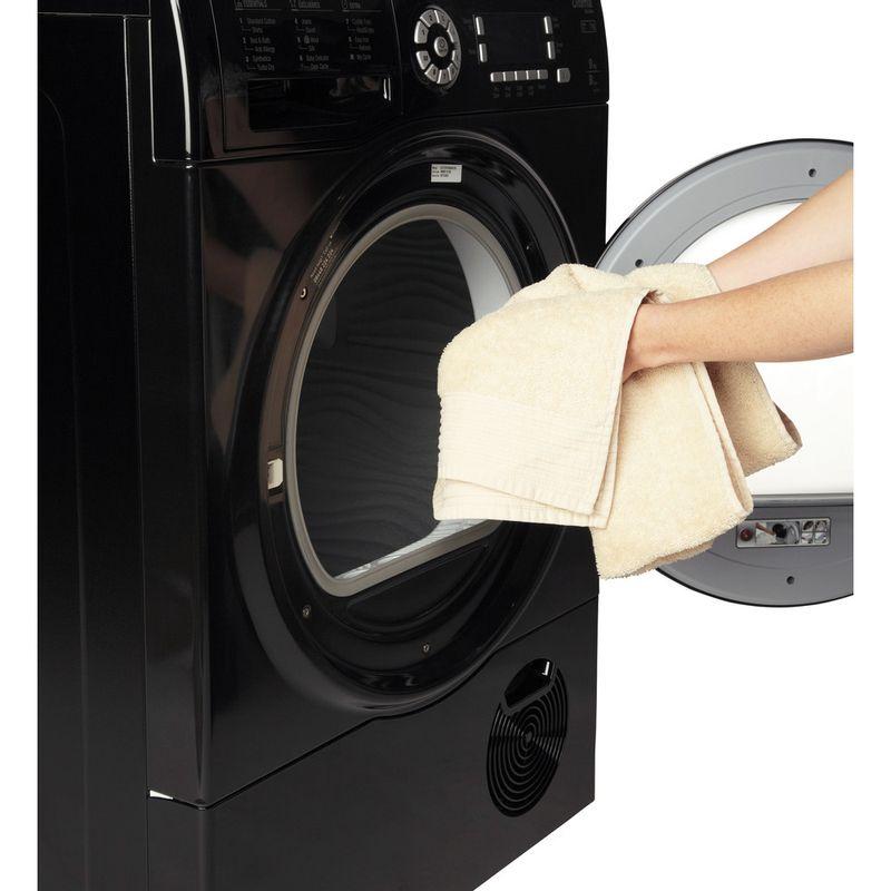 Hotpoint-Dryer-SUTCD-97B-6KM--UK--Black-Lifestyle_People