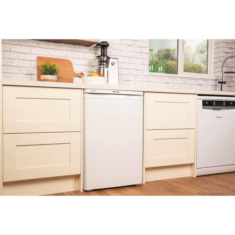 Hotpoint-Refrigerator-Free-standing-RLAAV22P.1-White-Lifestyle_Perspective