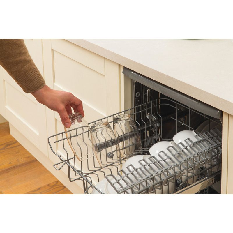 Hotpoint-Dishwasher-Free-standing-SIAL-11010-G-Free-standing-A-Lifestyle_People