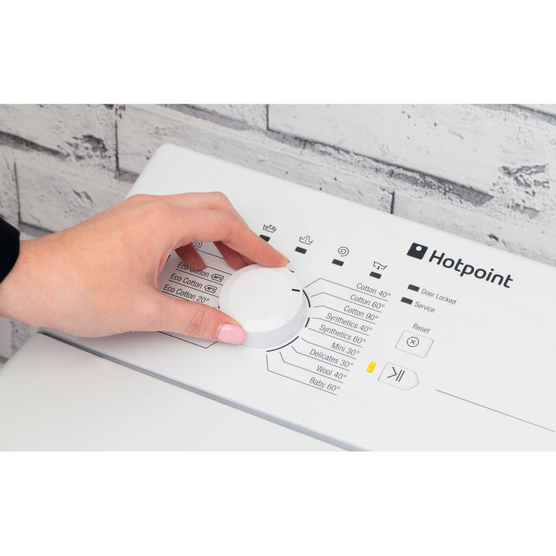 Hotpoint-Washing-machine-Free-standing-WMTF-722-H-UK-White-Top-loader-A---Lifestyle_People