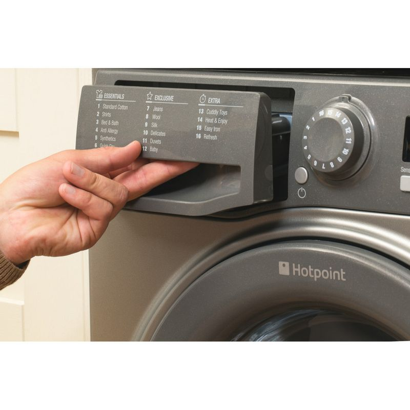 Hotpoint-Dryer-FTCF-87B-GG--UK--Graphite-Lifestyle_People