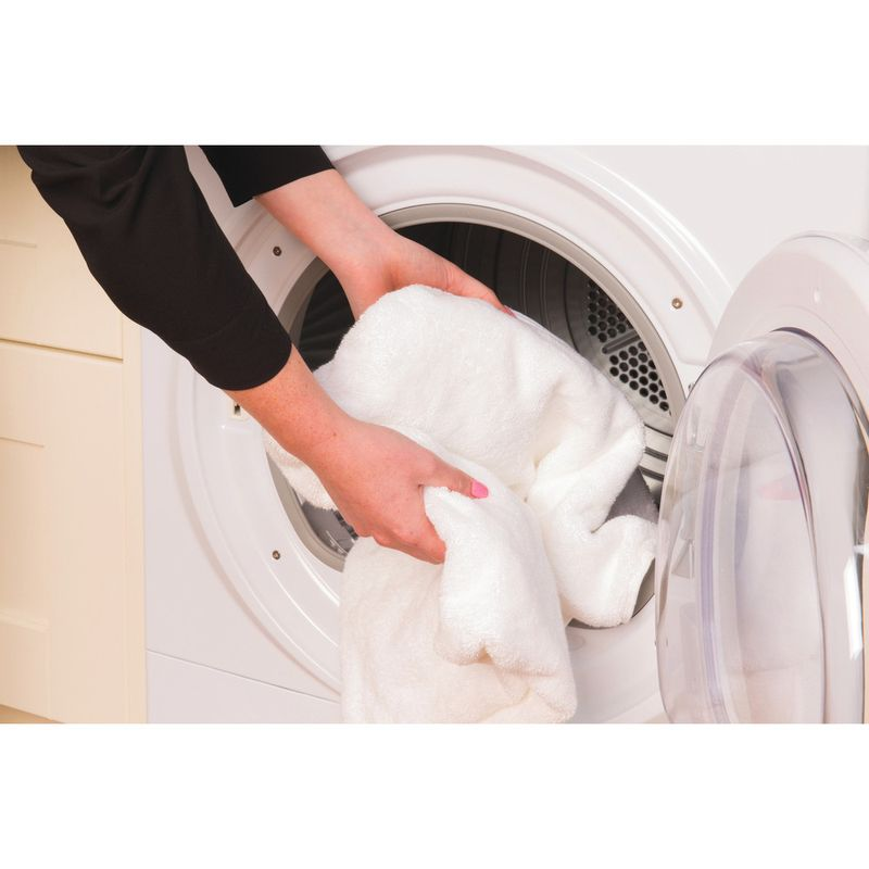 Hotpoint-Dryer-FTCL-871-GP--UK--White-Lifestyle_People