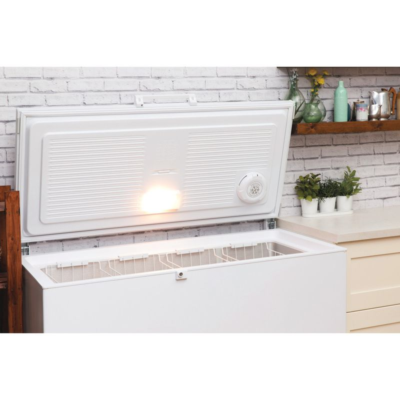 Hotpoint-Freezer-Free-standing-CS1A-400-FM-H--UK--White-Lifestyle_Perspective_Open