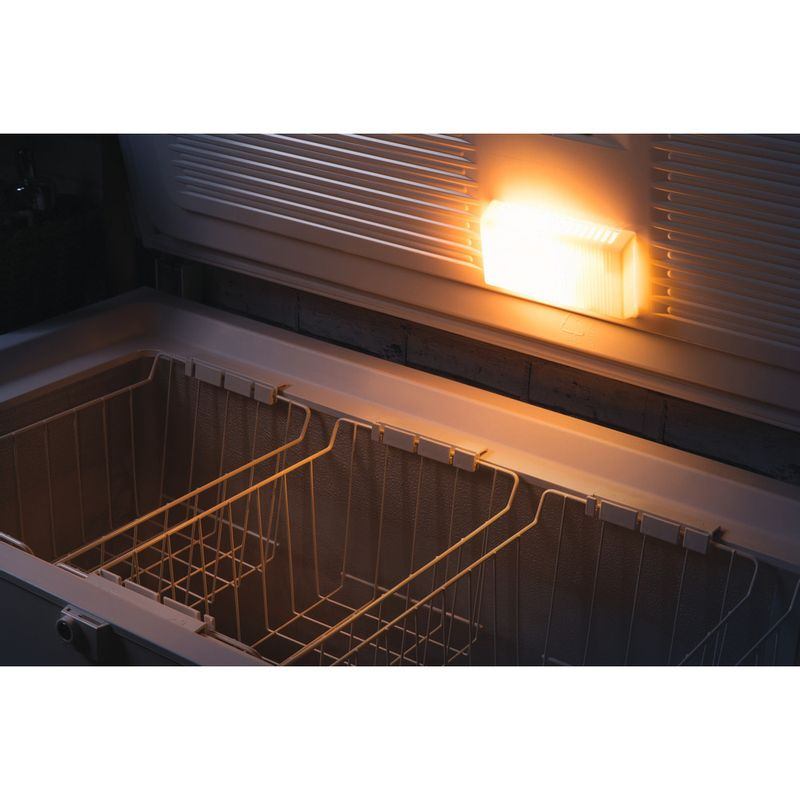 Hotpoint-Freezer-Free-standing-CS1A-400-FM-H--UK--White-Lifestyle_Detail