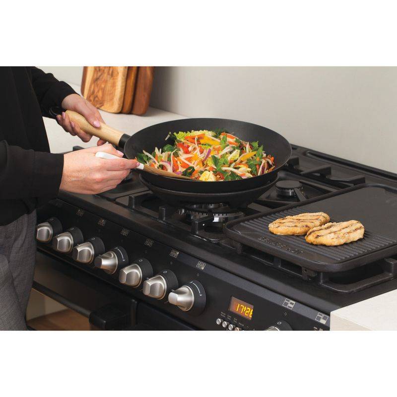 Hotpoint-Double-Cooker-CH10456GF-S-Antracite-B-Enamelled-Sheetmetal-Lifestyle_People