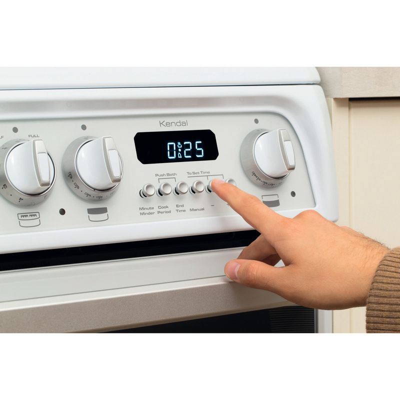 Hotpoint-Double-Cooker-CH60EKW-S-White-B-Vitroceramic-Lifestyle_People