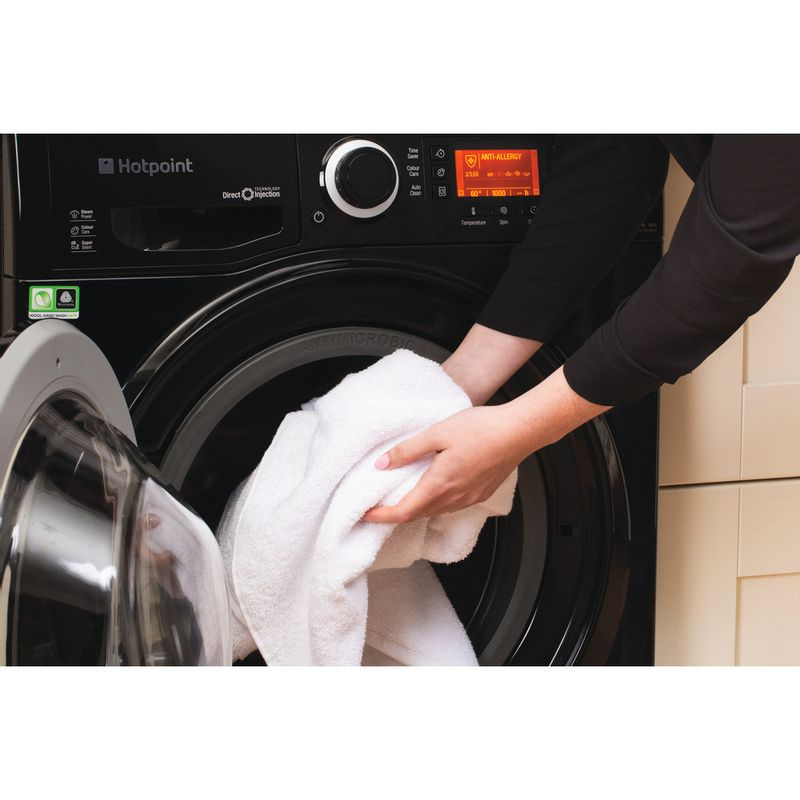 Hotpoint-Washing-machine-Free-standing-RPD-9477-DKD-UK-Black-Front-loader-A----Lifestyle_People