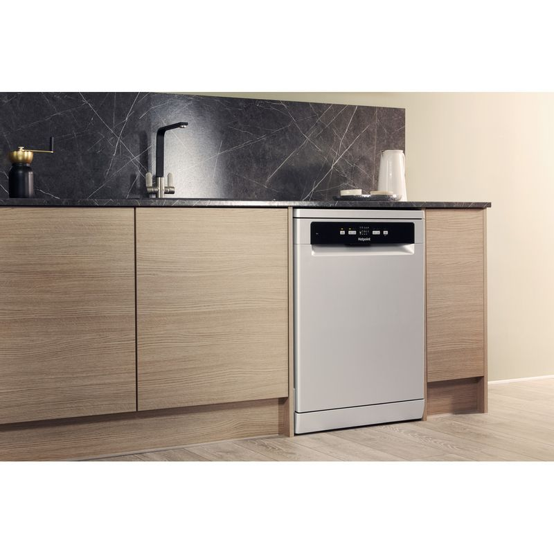 Hotpoint-Dishwasher-Free-standing-HDFC-2B-26-SV-UK-Free-standing-A-Lifestyle_Perspective