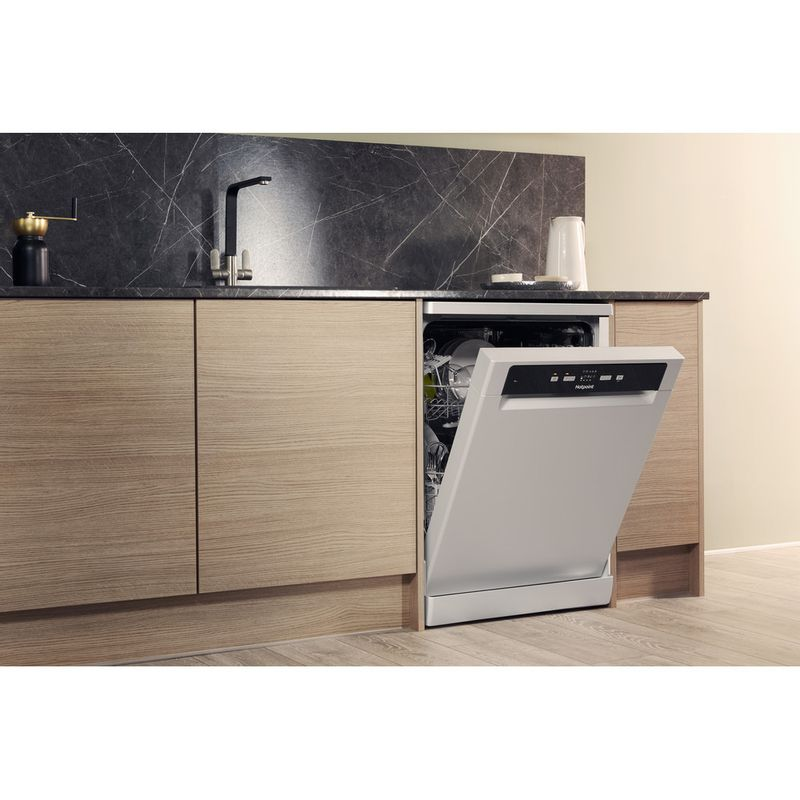 Hotpoint-Dishwasher-Free-standing-HDFC-2B-26-SV-UK-Free-standing-A-Lifestyle_Perspective_Open